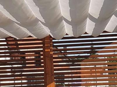 zadaszenie pergolowe w słoneczny dzień