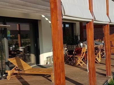 taras z drewnianymi leżakami w słoneczne popołudnie