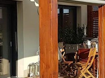 taras z drewnianymi leżakami